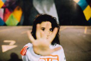 Mädchen, das ausgestreckte Hand vor sich hält