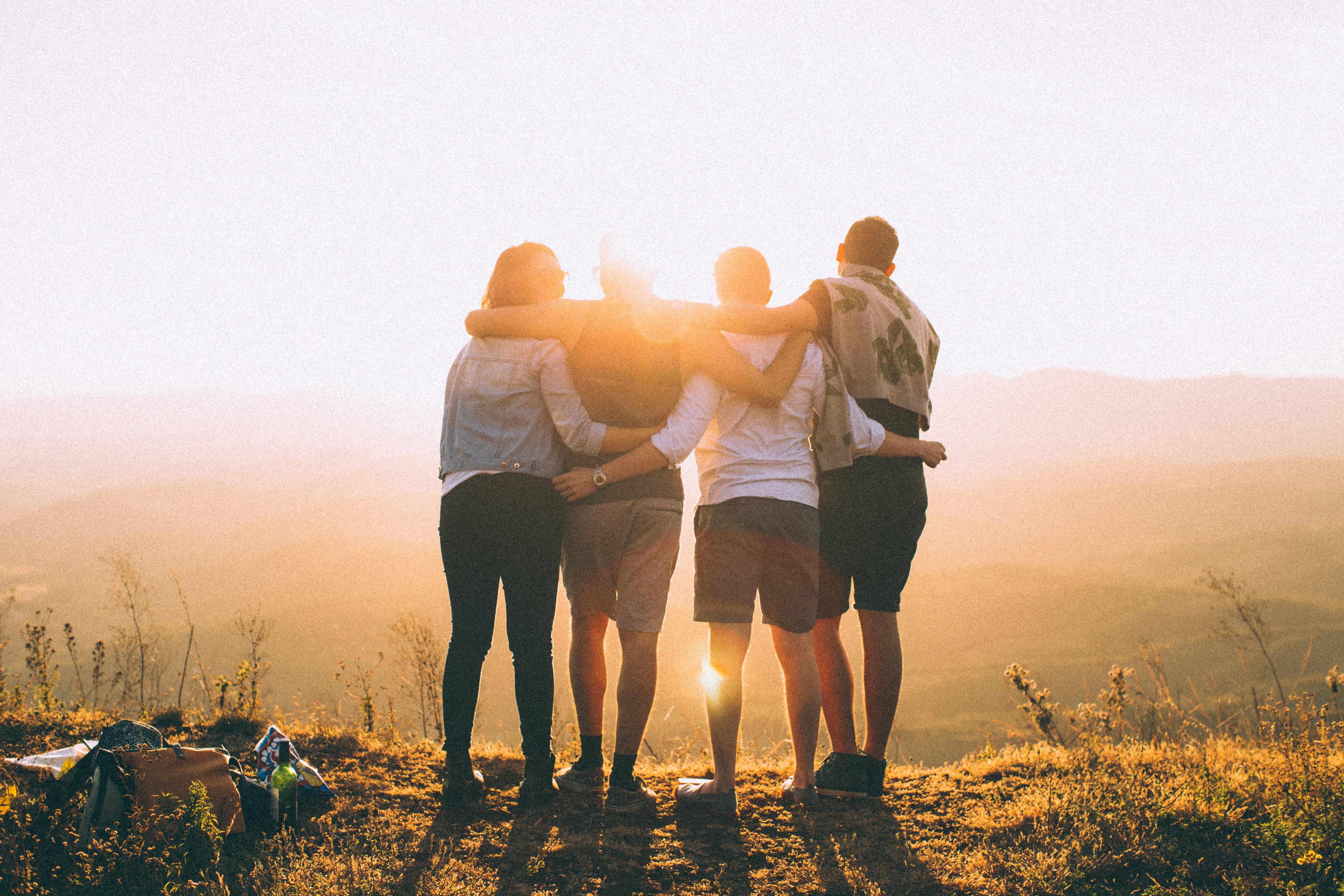 Vier Freunde, die sich an den Schultern fassen