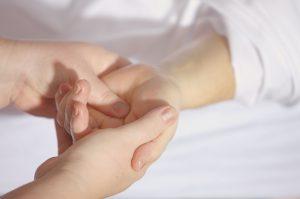 Zwei Hände, die andere Hand halten